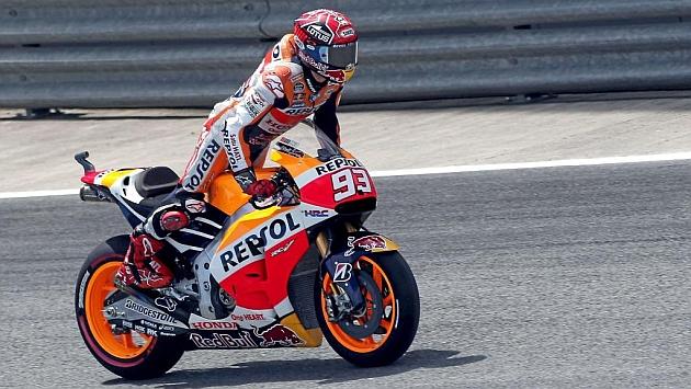 Márquez (22) se estira sobre la moto durante una de las sesiones libres de ayer en Jerez. / PACO MARTÍN