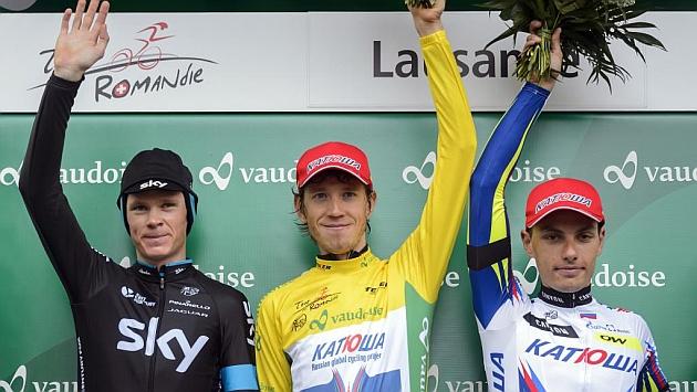 Chris Froome (tercero) , Illnur Zakarin (primero) y Simon Spilak (segundo) en el podio/ AFP