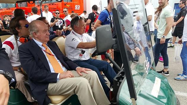 Don Juan Carlos, en Bahréin en la F1 con los Sainz.