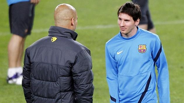 Guardiola habla con Messi en un entrenamiento del Barcelona en la temporada 2011-2012. / REUTERS