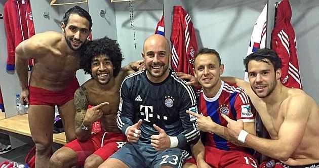 Pepe Reina, felicitado por sus compañeros tras uno de sus partidos jugados. Foto: Twitter