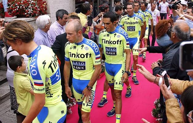 Los corredores del Tinkoff-Saxo, sobre la alfombra roja. / Afp
