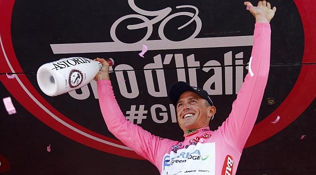 Simon Gerrans celebra en el podio su liderato. AFP