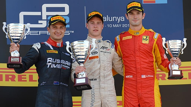 Vandoorne (centro), junto a Evans y Rossi en el podio de Barcelona / RV RACING PRESS