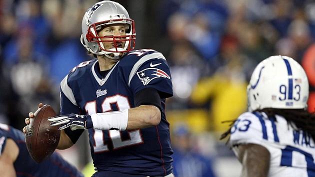 Tom Brady se dispone a lanzar en la final de la AFC ante los Colts. Foto: RTRPIX