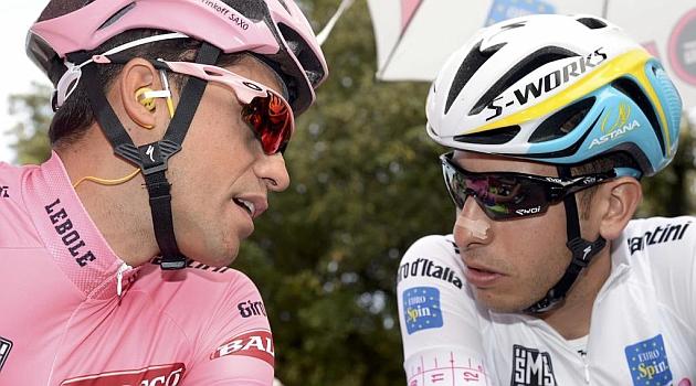 Alberto Contador y Fabio Aru charlan durante el Giro. REUTERS