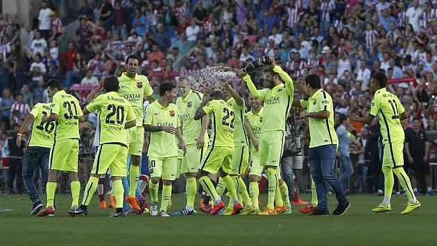 Los jugadores del Barça celebran con cava el título de Liga. Foto: Beatriz Guzmán
