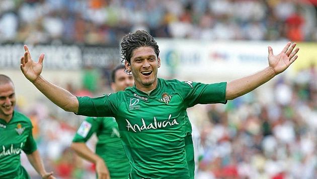 Edu celebra uno de los goles que marcó en Santander. RAMÓN NAVARRO