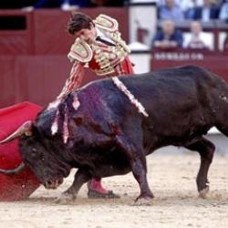 Castella corta una triste oreja a un toro de rabo