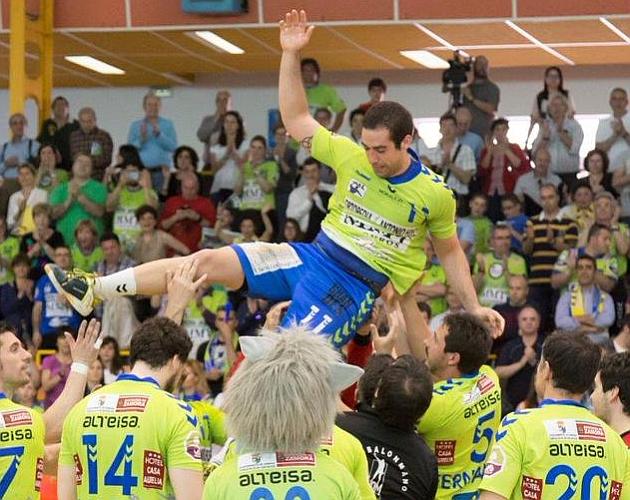 Esteban Salinas es manteado por sus compañeros. El pivote lanza durante un partido ante el Barcelona. Fotos: Bm. Zamora y ASOBAL
