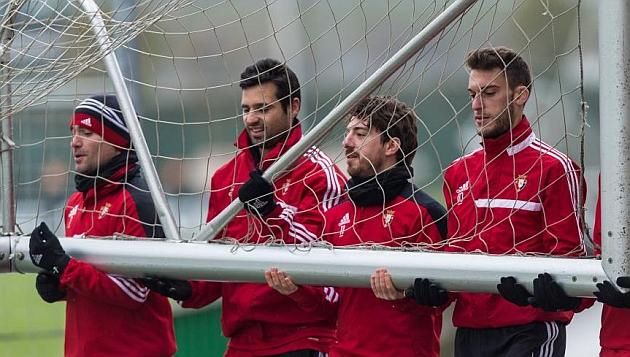 Nino, Miguel Flaño, Sisi y Torres, cargando una portería / Marca