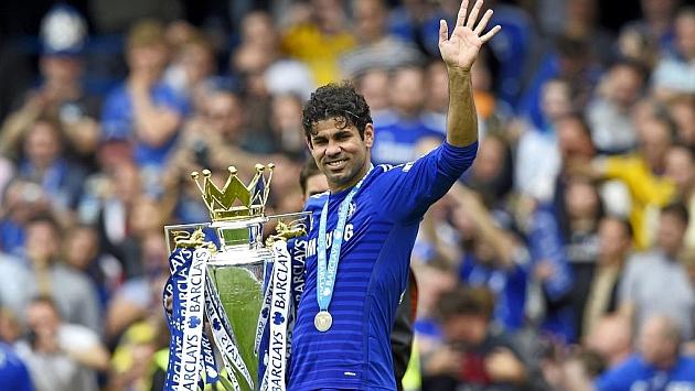 Diego Costa sostiene el título de Premier conseguido con el Chelsea. Foto: Reuters