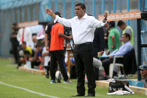 Jorge Espejo, dirigiendo un partido de Club Cienciano. / GETTY IMAGES