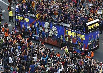 Barcelona se echa a la calle para recibir a los tricampeones