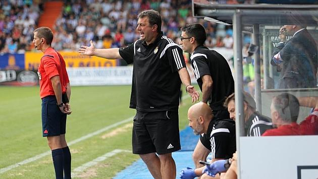 Manolo Díaz gesticula durante el partido ante el Alcorcón / Ana F. Barredo (Marca)