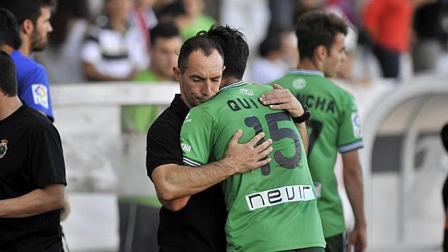 Munitis se abraza a Quique tras perder contra el Albacete / Foto: Manuel Podio (MARCA)