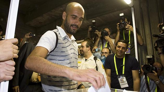 Guardiola, durante unas elecciones presidenciales del Barça. / ÁLEX CAPARRÓS