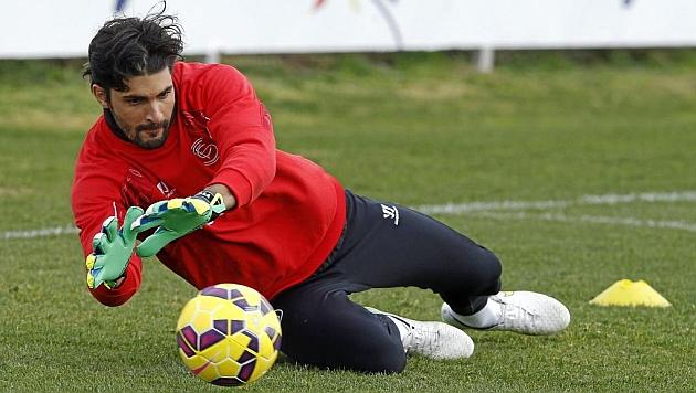Barbosa, en un entrenamiento del Sevilla. RAMÓN NAVARRO