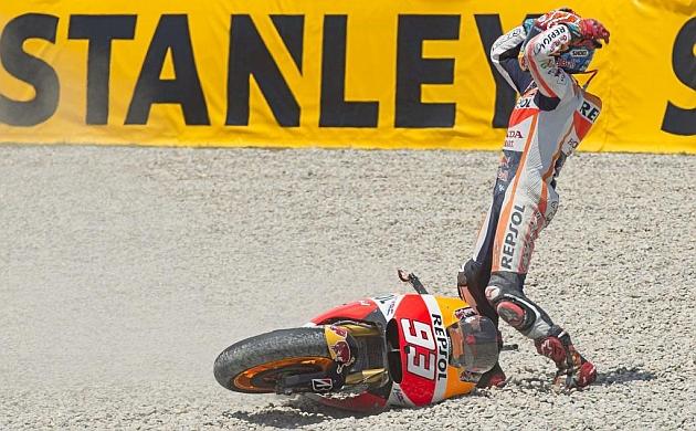 Márquez (21), tras caer ayer en Montmeló. / MIRCO LAZZARI