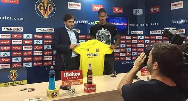 Alphonse Areola posa con la camiseta del Villarreal junto a Fernando Roig Negueroles