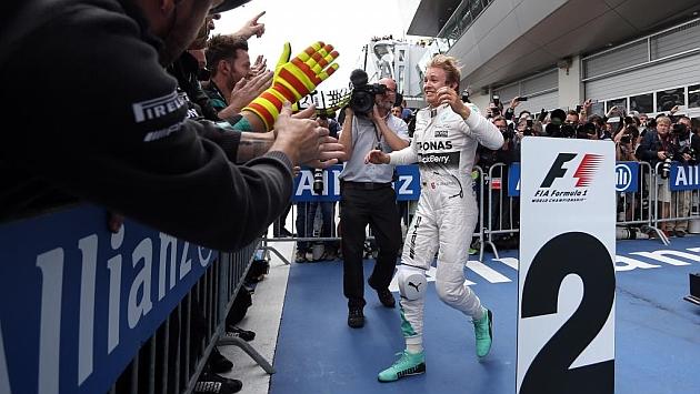 Rosberg aprieta el Mundial en un desastre español