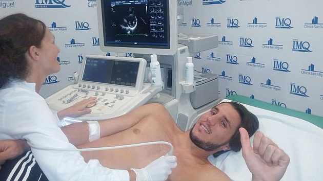Adrián Cruz pasando el reconocimiento médico con el Osasuna.