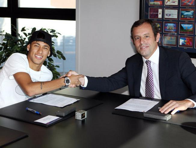 Neymar firma su contrato con el Barcelona junto a Rosell