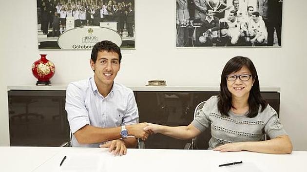 Dani Parejo, junto a la presidenta del Valencia CF, Lay Hoon Chan