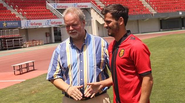 Joan Oriol durante su presentación con el presidente del club