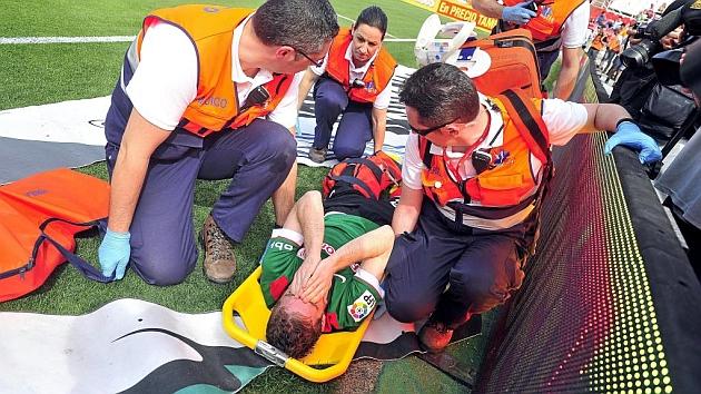 Muniain (22), con gesto de dolor, tras lesionarse.