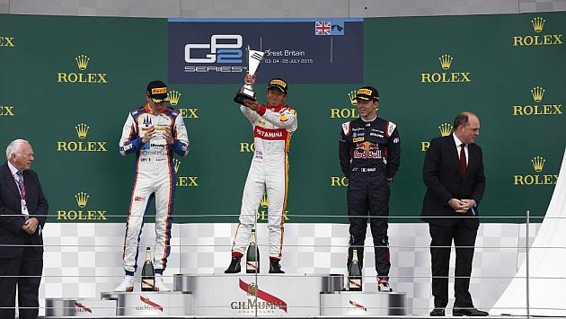 Haryanto celebrando su triunfo en el podio.