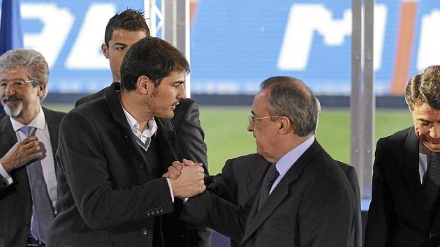 Casillas y Florentino se saludan en un acto.