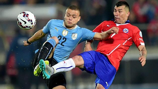 Rodriguez disputa un balón con el chileno Medel.
