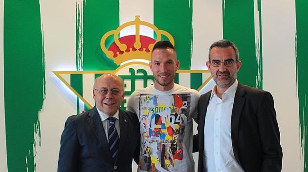Digard, con Ollero y Macià   Foto: Real Betis