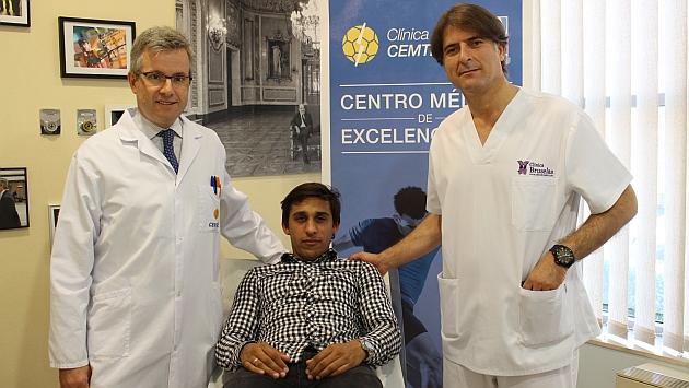 Damián Suárez, junto a los doctores Manuel Leyes y Cristopher Oyola