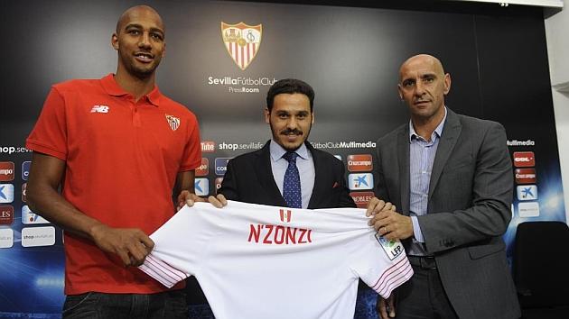 Steven N'Zonzi posa con la camiseta del Sevilla en su presentación