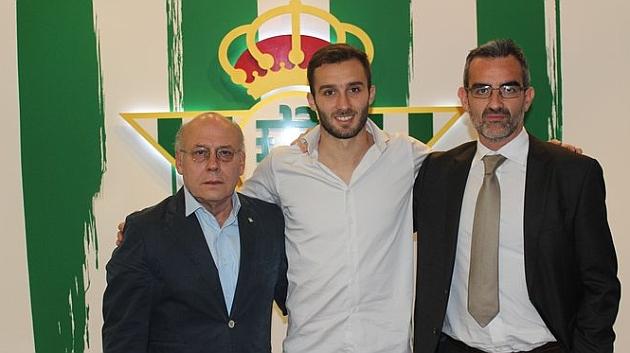 Pezzella, con Ollero y Macià | Foto: Real Betis