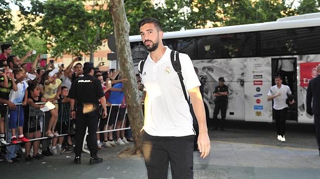 Pacheco baja del autobús del primer equipo en Sevilla