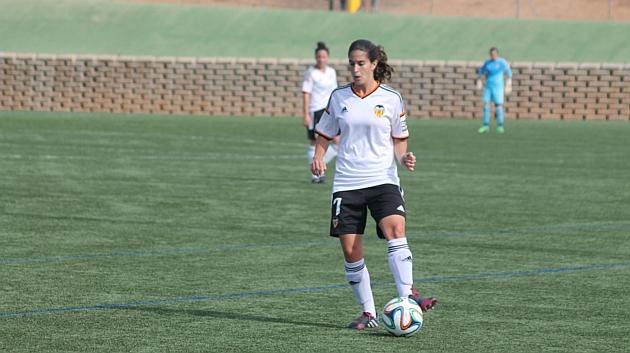 María Martí conduce el balón durante un partido.