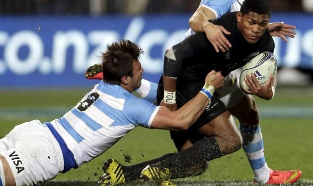 Waisake Naholo es placado por el argentino Facundo Isa en el partido de su lesión