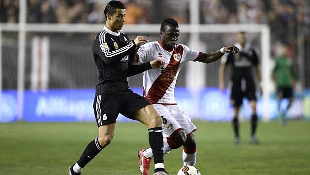 Fatau (22) disputa el balón con Ronaldo en un partido con el Rayo