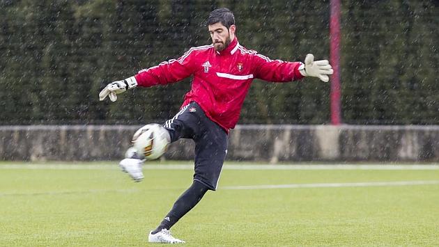 Roberto Santamaría saca de puerta en un entrenamiento