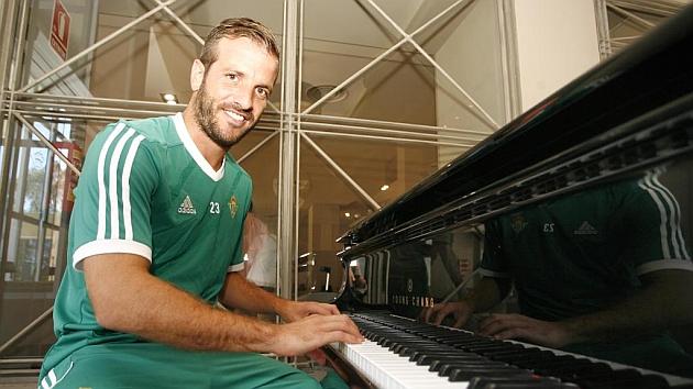 Van der Vaart posa para MARCA junto a un piano en el Barceló Montecastillo | Foto: Paco Martín