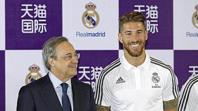 Florentino y Sergio Ramos posan en un acto publicitario