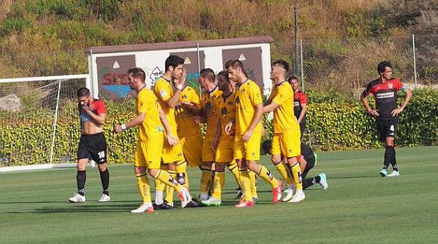 El Alcorcón celebra un gol en su amistoso ante el Linares Deportivo.