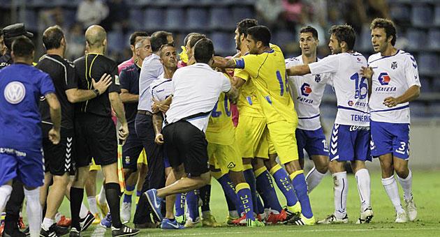 Tangana entre jugadores del Tenerife y Las Palmas