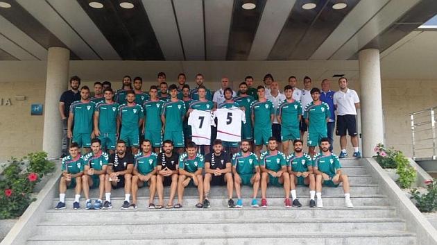 Los jugadores de la plantilla del Albacete posan en El Pinatar con el 75 por el aniversario del club