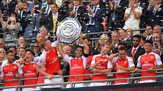 Monreal (29) celebra la victoria junto a sus compañeros del Arsenal.