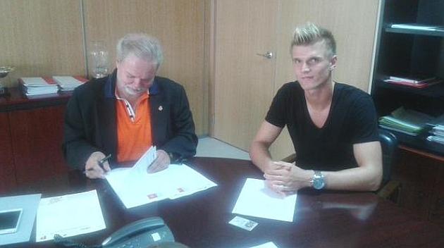 Tobias (23) firma con el Mallorca