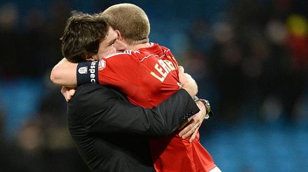 Karanka abrazado a uno de sus jugadores